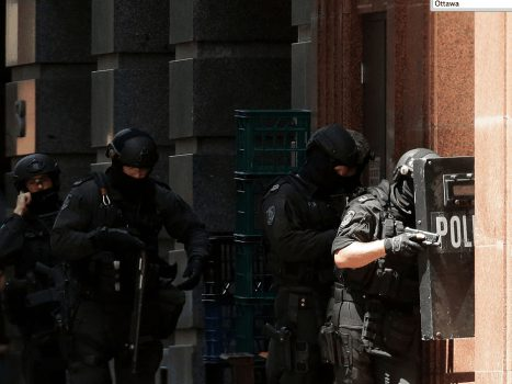 Armed police surround the plaza and the chocolate shop in Martin Place. (Image courtesy of Mark Metcalfe/Getty Images.)